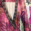 Espectacular vestido wrap kimono inspirado en los colores de la sabana y el pelaje de un leon, mangas largas con volante, envolvente, escote cruzado con cenefa preciosa africana, se cierra con dos cintas atadas. Largo con volante y puntilla de crochet chocolate. En tejido suave de antelina color beig.  Talla única 36/38  Tejido de antelina  Limited Edition by Sujey 21